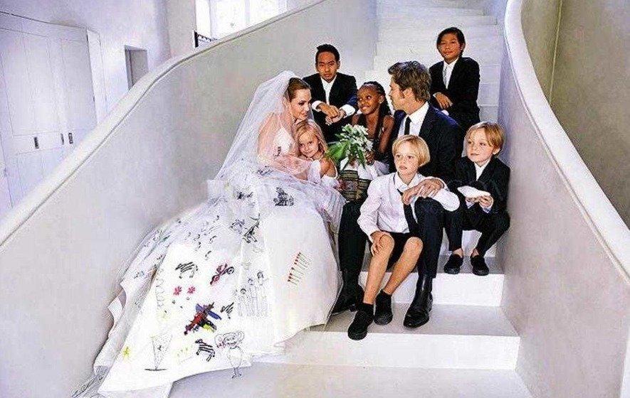 f8629420a6 A gyerekek tényleg megkerülhetetlen tényező ebben a válásban, hiszen hatan  vannak: egy afrikai kislány, két ázsiai kisfiú, egy fehér kisfiú-kislány  ikerpár, ...